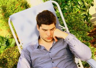 jeune homme,faisant la sieste dans un transat