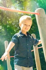 Kind soielt auf dem Spielplatz