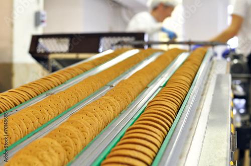 Fliessbandarbeit in d. Lebensmittelindustrie - Keksherstellung - 70148688