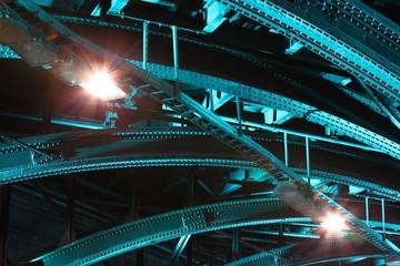 Brückenkonstruktion im Tunnel