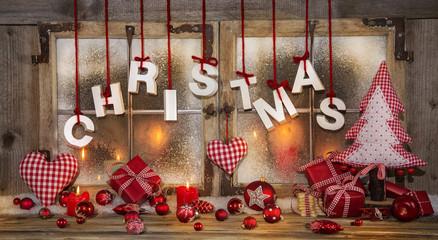 Weihnachten: Dekoration in Rot, Weiß, Kariert und Holz