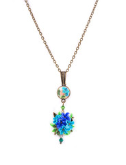 Metal necklace with artificial flowers.