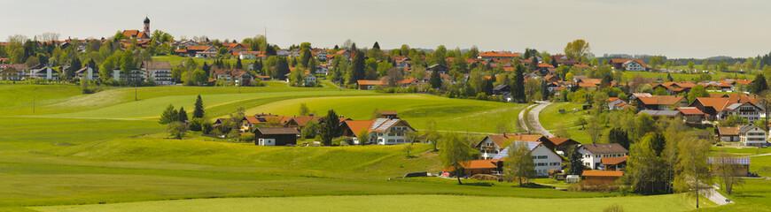 Panorama Landschaft mit Stadt Seeg in Bayern im Allgäu