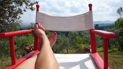 Füße auf rotem Klappstuhl