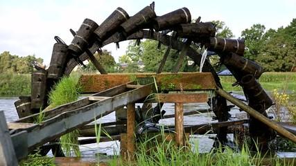 Wunderschönes antikes Wasserrad /Schöpfrad schöpft Wasser