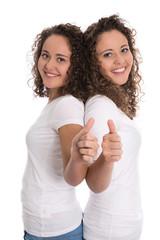 Team mit eineiigen Zwillingen isoliert mit Daumen hoch: Teenager