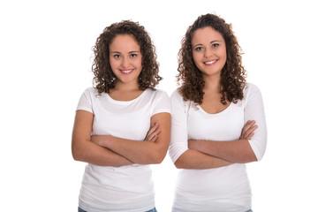 Schwestern im Team: Eineiige Zwillinge freigestellt auf Weiß
