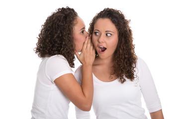 Mädchen vertrauen sich Geheimnisse an - freigestellt