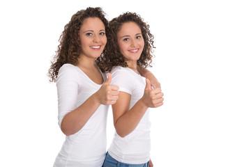 Glückliche lachende junge Mädchen freigestellt mit Daumen hoch