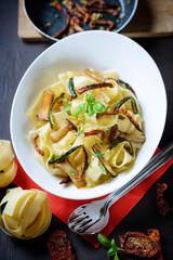 Pappardelle mit Zucchini,getrockneten Tomaten und Seitlingen