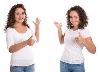 Eineiige Zwillingsschwestern freigestellt präsentieren mit Hand