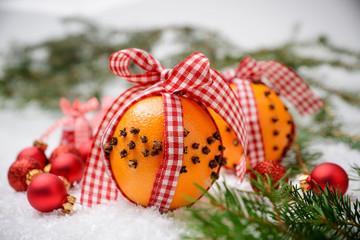Mit Nelken gespickte Orangen