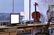 Monitor auf Schreibtisch im Büro