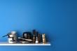 Haushaltswaren auf Regal an Wand - 70155818