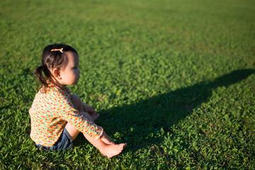 芝生に座る少女
