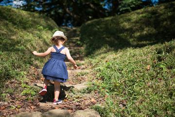 石の階段を登る少女