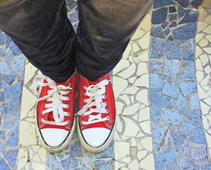 Scarpe rosse su sfondo a righe
