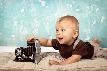 Baby mit Retro-Kamera
