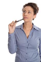 Nachdenkliche intelligente Geschäftsfrau in Blau freigestellt