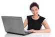 Erfolgreiche junge Frau freigestellt: sitzend im Büro