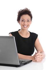 Erfolgreiche lachende junge Business Frau isoliert im Büro