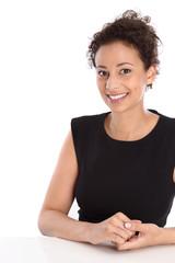 Erfolgreiche junge Geschäftsfrau isoliert auf Weiß im Büro