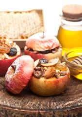 Запеченые яблоки с медом, изюмом и орехами