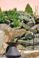 Conca in rame nei pressi di una fontana in giardino