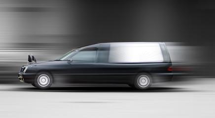 Leichenwagen in Bewegung