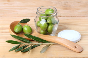 Barattolo di olive verdi