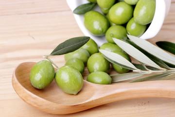 Cucchiaio di legno  foglie di ulivo e olive