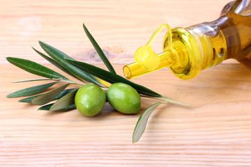 Bottiglia di olio d'oliva e olive