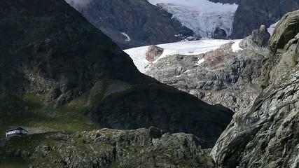 rifugio ai piedi di un ghiacciaio e cascata glaciale