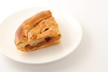 お皿にのせた アップルパイ パン 白背景