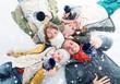 Glückliche Familie mit Kindern im Winter