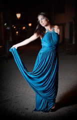 Mujer con traje azul de noche