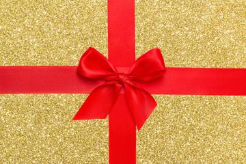rotes Geschenk-Schleifenband auf Gold