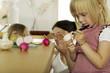 Mutter mit Kindern (4-5) in der Küche spielt
