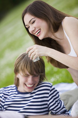 Zwei Jugendliche auf Picknick-Decke , lächelnd