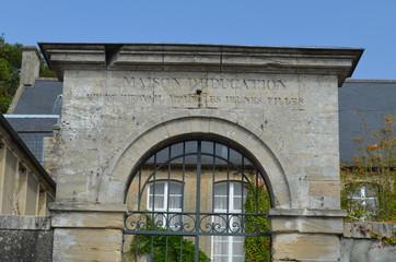 Portail d'une ancienne maison d'éducation