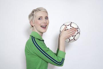 Junge Frau mit Fußball , Portrait