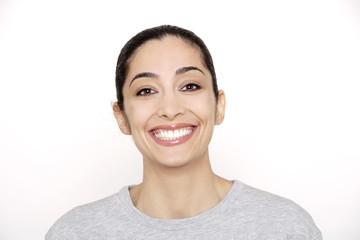 Portrait einer jungen Frau, lächelnd