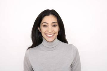 Portrait einer dunkelhaarigen Frau, lächelnd