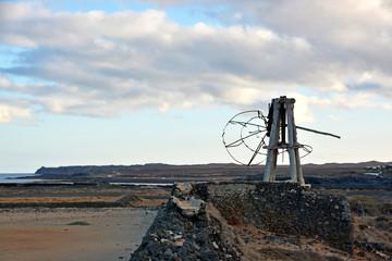 molino en ruinas en campo de cultivo de lanzarote
