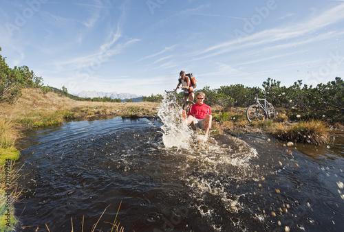 Deurstickers Bikers von See, Mann Spritzwasser , lachen , Portrait