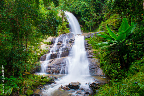 Tuinposter Bos rivier A beautiful waterfall in northern Thailand