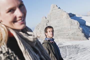 Österreich, Dachstein, Paar am Berg, Frau lächelnd