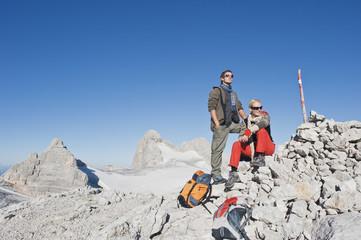 Österreich, Dachstein , Paar Wandern, ruhen auf Berg