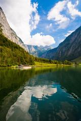 Alpenlandschaft spiegelt sich im Königssee