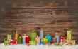 canvas print picture - Gutschein zu Weihnachten: Kerzen bunt und Geschenke auf Holz